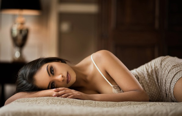 Картинка девушка, комната, кровать, брюнетка, нижнее бельё, Maarten Quaadvliet