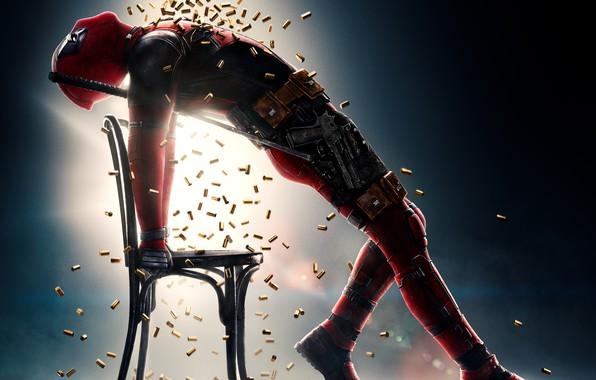 Картинка поза, пистолет, оружие, фон, фантастика, юмор, стул, костюм, душ, Райан Рейнольдс, Ryan Reynolds, мечи, постер, …