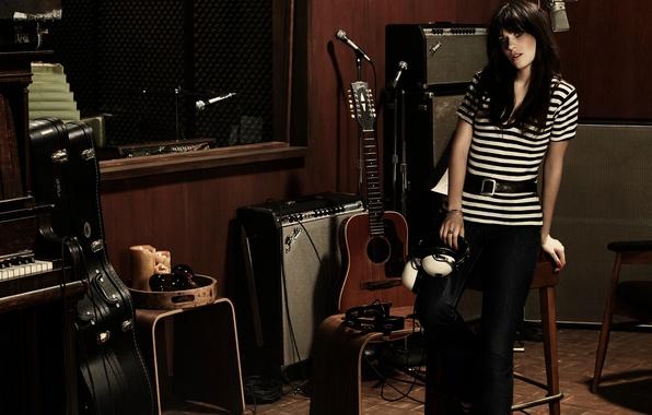 Картинка гитара, наушники, актриса, брюнетка, певица, пианино, акустика, Zooey Deschanel, Зои Дешанель, InStyle, Giampaolo Sgura, студия …
