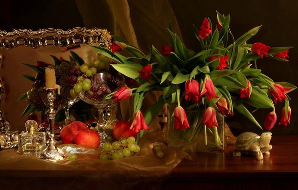 Картинка цветы, стол, яблоки, свеча, букет, зеркало, виноград, тюльпаны, красные, ваза, натюрморт, скатерть, гранат