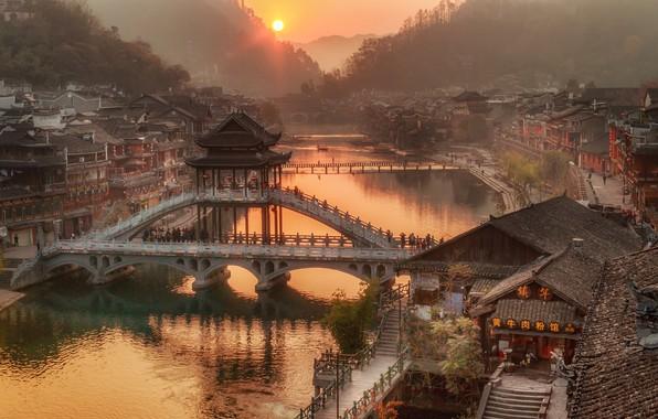 Картинка лес, солнце, деревья, горы, мост, туман, река, рассвет, дома, Китай, Hunan Province