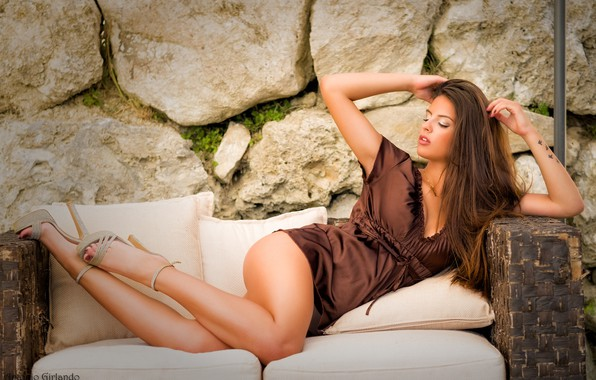 Картинка поза, камни, стена, модель, подушки, макияж, платье, прическа, лежит, шатенка, ножки, красотка, на диване, сексуальная, …