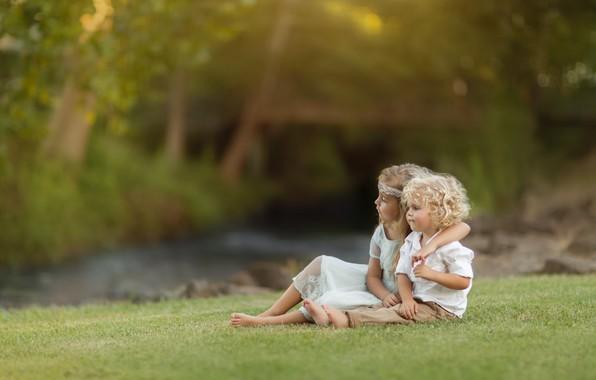 Картинка природа, дети, мальчик, объятия, девочка, парочка, кудри, лужайка, Kevin Cook
