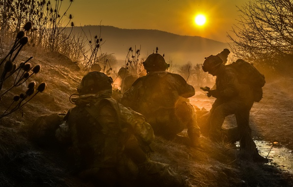 Картинка закат, туман, оружие, солдаты