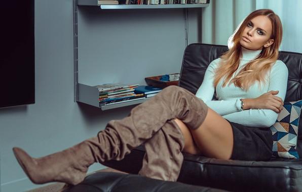 Картинка девушка, комната, юбка, кресло, сапоги, макияж, шатенка, полки, водолазка, Nicole Anna Szar, Paolo Carlo Lunni