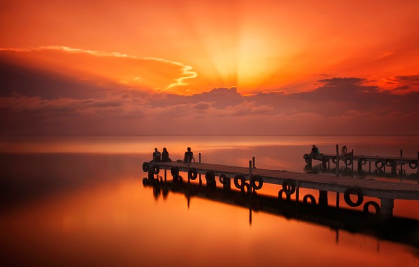 Картинка грусть, море, облака, закат, люди, вечер, причал, пирс, зарево