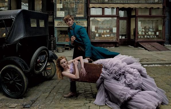 Фото обои платье, мостовая, несет, девушка, карета, улица, Эдди Редмэйн, чемодан, Eddie Redmayne, Annie Leibovitz, пальто, Vogue