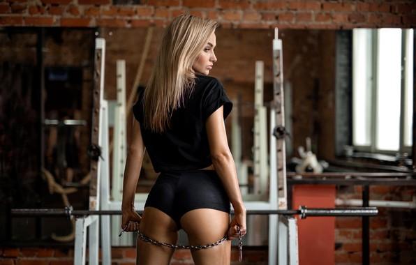 Картинка секси, поза, спорт, шорты, макияж, майка, фигура, стройная, зеркало, прическа, блондинка, цепь, спортивная, стоит, фитнес, …