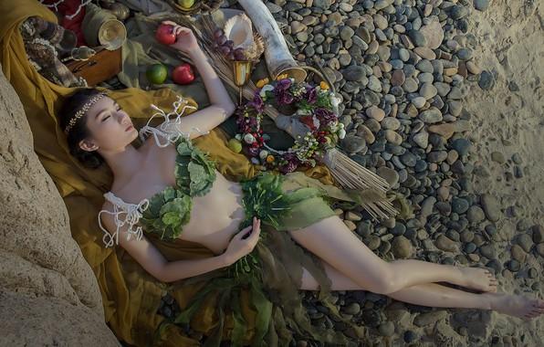Картинка песок, пляж, купальник, девушка, цветы, поза, галька, камни, настроение, отдых, ноги, яблоки, тело, бокал, сон, ...