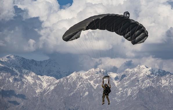 Картинка небо, горы, армия, солдат, парашют, приземление