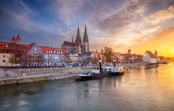 Картинка небо, закат, река, здания, дома, Германия, Бавария, пароход, собор, набережная, Germany, Bavaria, Регенсбург, Regensburg, Danube …