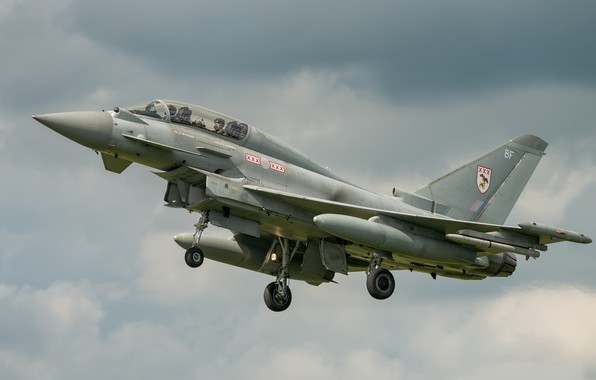Картинка полёт, летит, серое небо, Eurofighter Typhoon, боевой самоёт