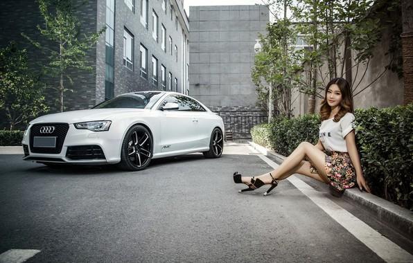 Картинка взгляд, Audi, Девушки, азиатка, красивая девушка, белый авто, сидит на бардюре