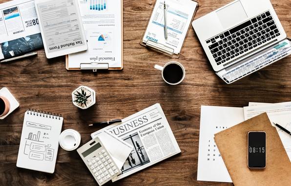 Картинка стакан, стол, Apple, растение, кофе, яблоко, ручка, кружка, газета, блокнот, телефон, ноутбук, glass, планшет, календарь, …