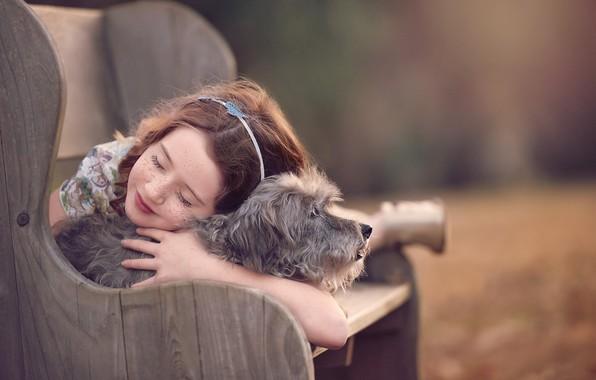 Картинка скамейка, настроение, собака, дружба, девочка, веснушки, друзья, боке, пёсик