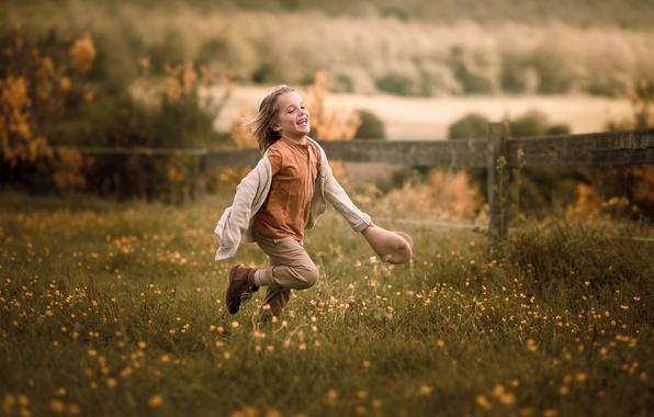 Картинка поле, лето, радость, цветы, природа, детство, эмоции, движение, настроение, забор, позитив, мальчик, деревня, луг, бег, …