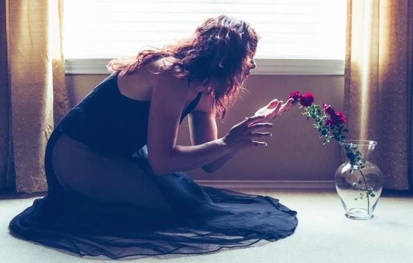 Картинка стекло, девушка, свет, цветы, поза, комната, настроение, волосы, розы, руки, платье, окно, пол, ваза, шторы, …