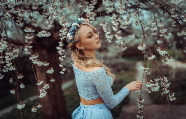 Картинка девушка, ветки, вишня, поза, дерево, настроение, весна, цветение, венок, цветки, Monika Metzner, Andreas-Joachim Lins