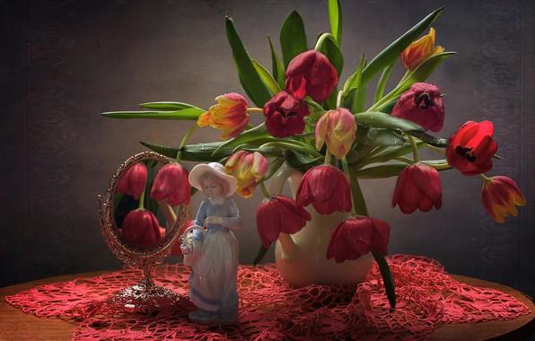 Картинка цветы, стол, фон, зеркало, тюльпаны, ваза, статуэтка, натюрморт, красная, скатерть
