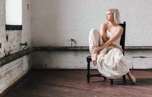Картинка девушка, окно, стул