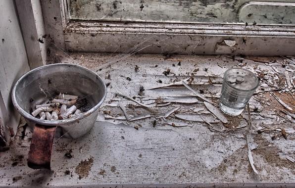 Картинка стакан, окно, окурки, натурализм
