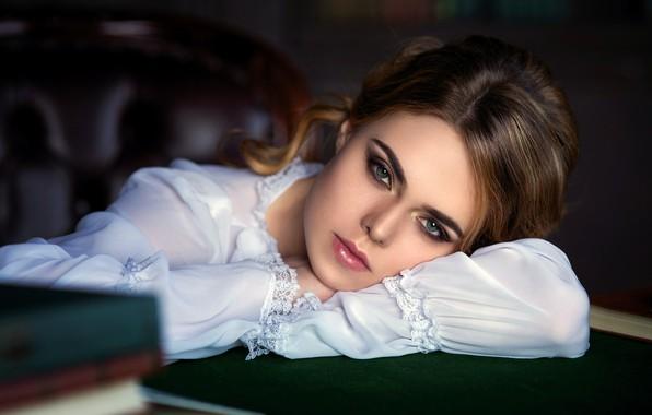 Картинка girl, photo, photographer, blue eyes, model, mood, lips, face, brunette, table, shirt, portrait, smoky eyes, …