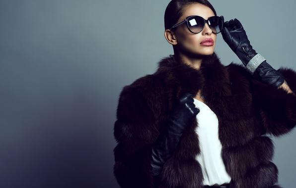 Картинка девушка, фон, макияж, брюнетка, очки, прическа, перчатки, шуба, мех, красотка