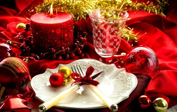 Картинка шарики, стол, праздник, свеча, Новый Год, бокалы, тарелка, вилки, сервировка