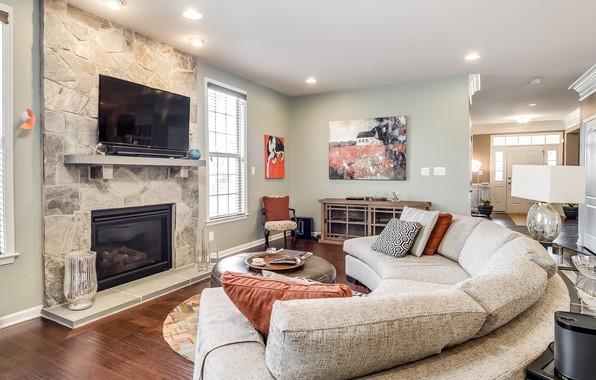 Картинка дизайн, диван, подушки, камин, гостиная