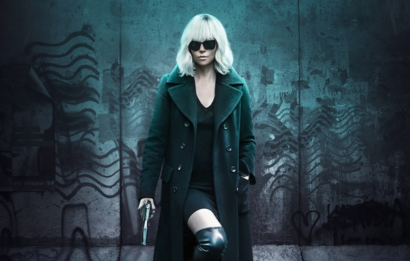 Картинка пистолет, оружие, стена, Charlize Theron, сапоги, платье, очки, прическа, блондинка, красотка, детектив, триллер, постер, пальто, …