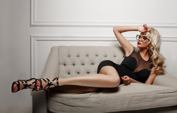 Картинка поза, диван, ноги, модель, рука, платье, очки, локоны, Марина, Александр Сасин