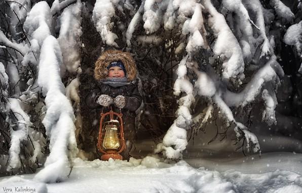 Картинка зима, снег, радость, лампа, мальчик, холодно