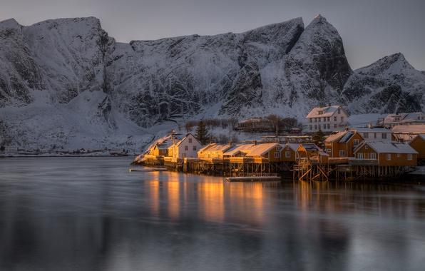Картинка зима, море, снег, горы, скалы, берег, Норвегия, залив, домики, сумерки, Лофотенские острова, Reine, Lofoten