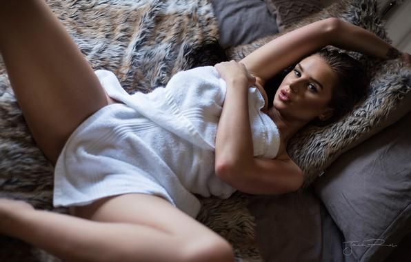 Картинка взгляд, девушка, поза, полотенце, Jack Russell, Sophie Bakewell