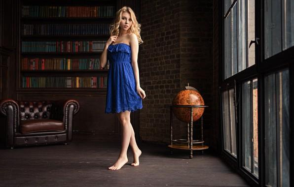 Картинка поза, комната, книги, окна, кресло, босиком, макияж, платье, прическа, блондинка, ножки, красотка, стоит, синее, глобус, …