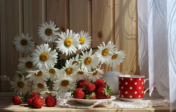 Картинка цветы, стол, ромашки, клубника, ягода, тарелка, кружка, натюрморт, красная, занавеска, скатерть