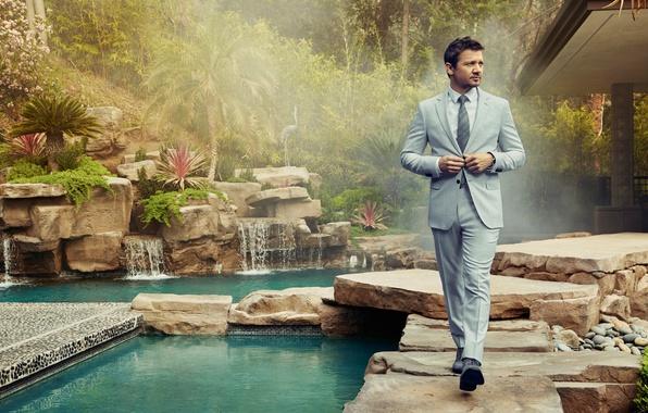 Картинка зелень, вода, деревья, туман, камни, сад, костюм, актер, кусты, фотосессия, Джереми Реннер, Jeremy Renner, Randall …