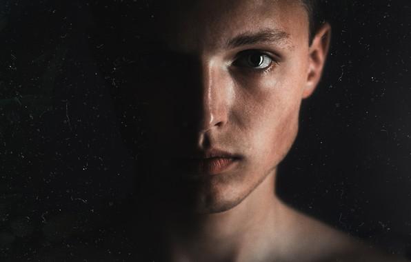 Картинка глаза, свет, лицо, глаз, темнота, темно, парень, блик, автопортрет, близко, пол лица, блик в глазах, …