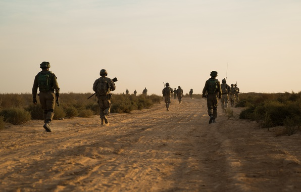 Фото обои поход, дорога, патруль, солдаты