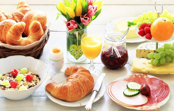 Картинка цветы, еда, букет, завтрак, сыр, сок, виноград, тюльпаны, ваза, wood, джем, круассаны, мюсли, мясная нарезка