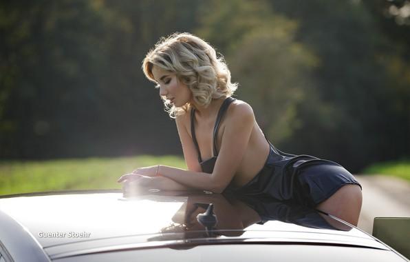 Картинка дорога, авто, лес, солнце, секси, поза, макияж, платье, прическа, блондинка, красотка, в черном, боке, Marina, …