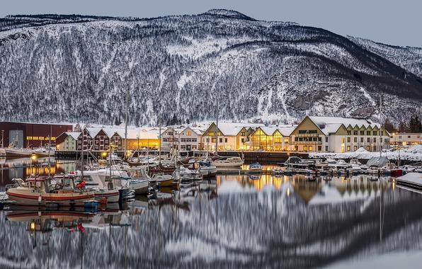 Картинка горы, отражение, дома, Норвегия, городок, Norway, фьорд, Нурланн, баркасы, Nordland, Rognan, Ронан, Saltdal Fjord