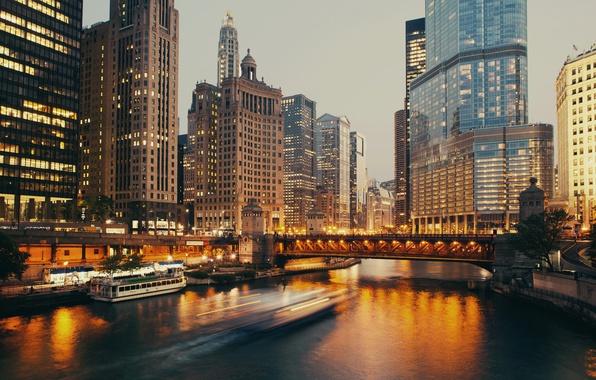 Картинка Дома, Вечер, Причал, Город, Река, Чикаго, Небоскребы, Катер, США, Мосты, Катера