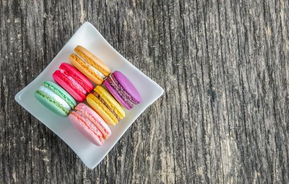 Картинка colorful, десерт, wood, пирожные, сладкое, sweet, dessert, macaroon, french, macaron, макаруны