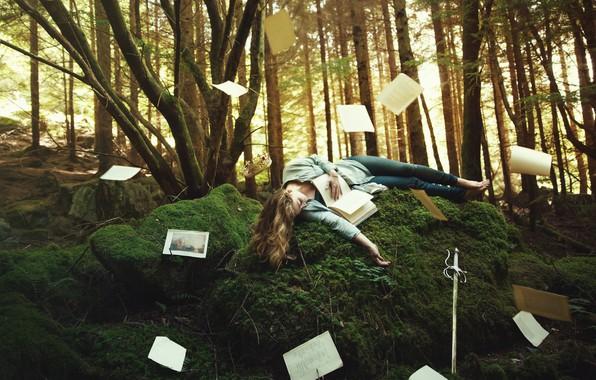 Картинка лес, девушка, деревья, поза, фантазия, растительность, мох, сон, сказка, меч, корона, холм, фэнтези, блондинка, спит, …