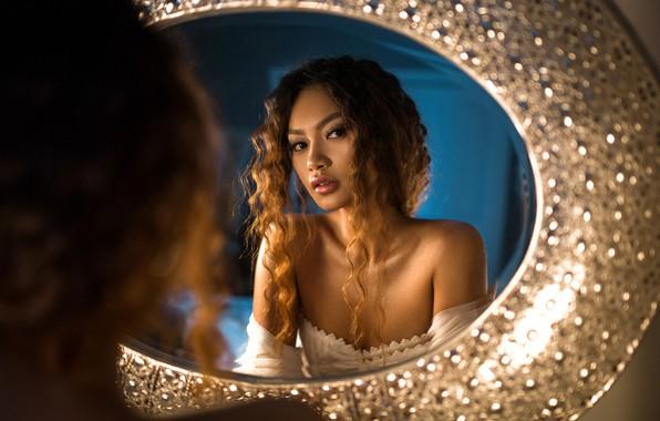 Картинка девушка, отражение, платье, зеркало, декольте, шатенка, плечи, кудри, Irene Rudnyk