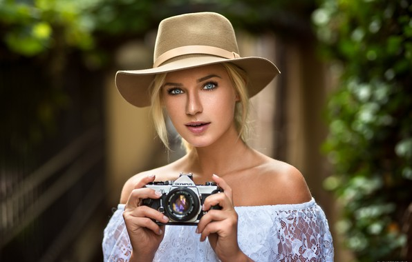 Картинка girl, hat, photo, photographer, blue eyes, camera, model, beauty, lips, face, blonde, shirt, portrait, mouth, …