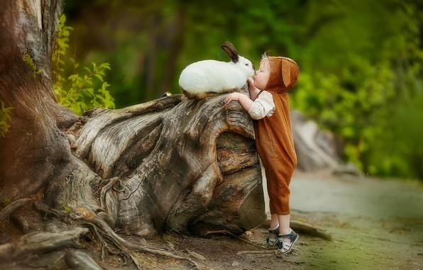 Картинка поцелуй, мальчик, кролик, малыш, дружба, коряга, друзья, комбинезон, ребёнок