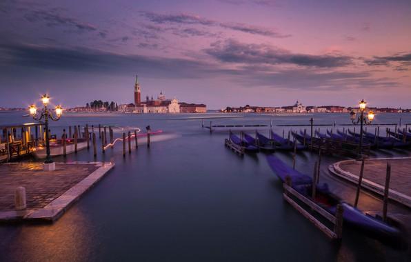 Картинка остров, вечер, причал, фонари, Италия, Венеция, лагуна, Italy, гондолы, Venice, San Giorgio Maggiore, Venetian Lagoon, …