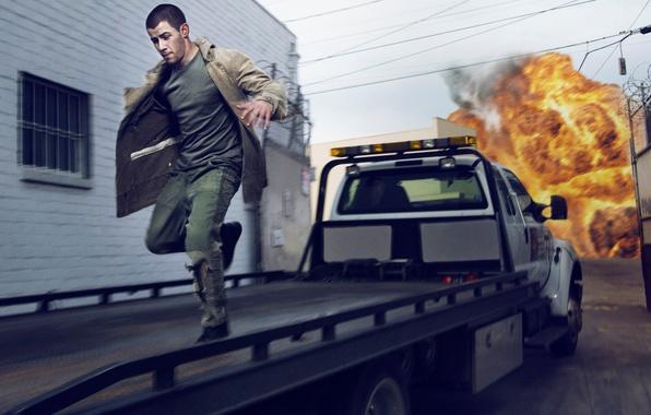 Фото обои машина, взрыв, пожар, огонь, улица, дома, Complex, Nick Jonas, Ник Джонас, Gavin Bond